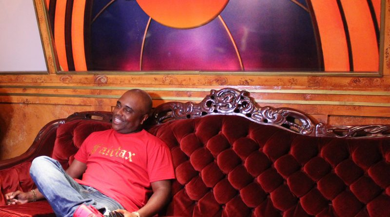 Alex Thomas chats with Reel Urban News right before thanking the stage at the Laugh Factory