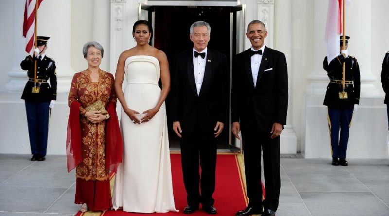 President Obama and first lady Michelle welcome Singapore Prime Minister Lee Hsien Loong and his wife Mrs. Lee Hsien Loong to the White House.   REUTERS/Mary F. Calvert